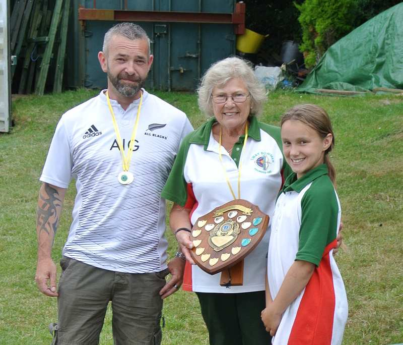 White RoseTrophy and Gold medallists presented to Dave Edmondson and Yvonne John, by Ophelia Clarke